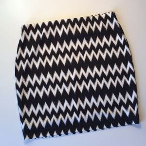 H&M black and white pattern mini skirt